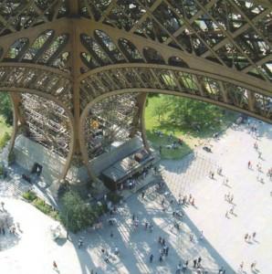 Эйфелева башня в Париже вид сверху вниз
