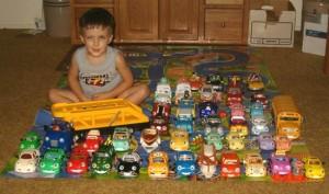 Фотография коллекции игрушечных автомобилей